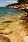 Felsiger Strand in Griechenland Stockfotos