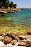 Felsiger Strand in Griechenland Stockfotografie