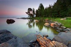 Felsiger Strand im Morgen stockbild