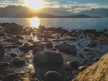 Felsiger Strand am See Manapouri in Süden, Nationalpark Fiordland, Südinsel, Neuseeland lizenzfreie stockfotografie