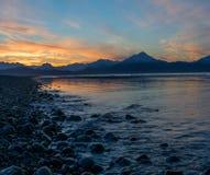Felsiger Strand am Sonnenaufgang lizenzfreie stockfotos