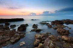 Felsiger Strand am Sonnenuntergang Lizenzfreie Stockbilder