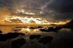 Felsiger Strand am Sonnenuntergang Stockbild