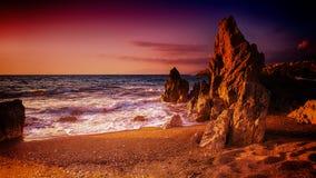Felsiger Strand am Sonnenuntergang Lizenzfreies Stockfoto