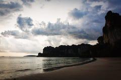 Felsiger Strand in Thailand stockbilder