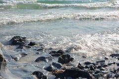 Felsiger Strand und Brandung Stockbild