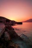 Felsiger Strand und Sonnenuntergang an der adriatischen Seeküste Stockfotos