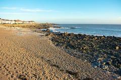 Felsiger Strand in Wales stockfotos