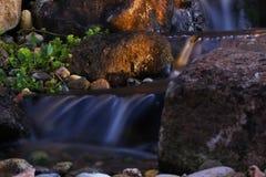 Felsiger Wasserfall lizenzfreies stockbild