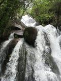 Felsiger Wasserfall lizenzfreie stockbilder