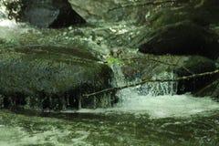 Felsiger Wasserfall lizenzfreie stockfotografie
