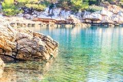 Felsiges adriatisches Ufer Lizenzfreie Stockfotos