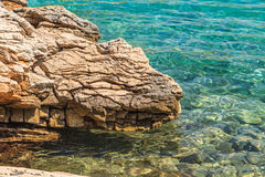Felsiges adriatisches Ufer Lizenzfreie Stockfotografie