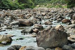Felsiges Flusseinzugsgebiet mit großen Flusssteinen Stockbild