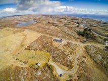 Felsiges Gelände bedeckt mit Gras, Moos und Heide, Vogelperspektive lizenzfreie stockfotografie