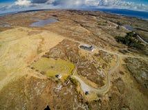 Felsiges Gelände bedeckt mit Gras, Moos und Heide, Vogelperspektive stockbild