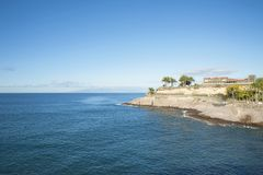 Felsiges Küstengelände durch Casa Del Duque, in Adeje-Stadtbezirk, Playa Del Duque, Teneriffa, Kanarische Inseln Stockbild