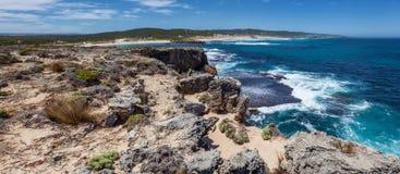 Felsiges Küstenlinienpanorama nahe Hanson Bay, Känguru-Insel, Süd Lizenzfreie Stockfotografie
