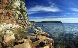 Felsiges Küstenliniepanorama von russischer Insel Lizenzfreie Stockfotos