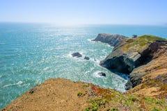Felsiges kalifornisches Ufer angesichts der Sonne Lizenzfreie Stockbilder