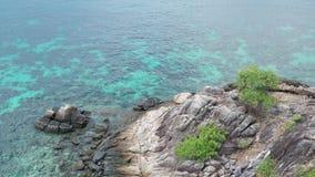 Felsiges Teil der Vogelperspektive des ?berraschens von Koh Kra-Insel in Thailand stock footage