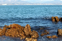 Felsiges Ufer auf dem Mittelmeer Lizenzfreies Stockbild