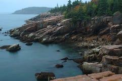 Felsiges Ufer des Acadia Stockbilder