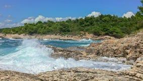 Felsiges Ufer des adriatischen Meeres nach Sturmzeitlupe von 120fps stock video footage
