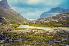Felsiges Ufer des Gebirgssees Lizenzfreie Stockbilder