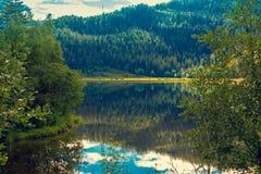 Felsiges Ufer des Gebirgssees Stockfotos