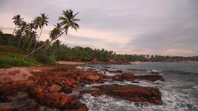 Felsiges Ufer des Indischen Ozeans bei Sonnenuntergang stock video