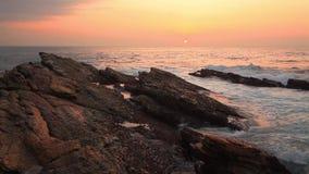 Felsiges Ufer des Indischen Ozeans bei Sonnenuntergang stock footage