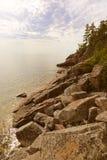Felsiges Ufer des Lake Superior Lizenzfreies Stockbild