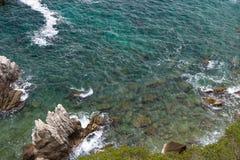 Felsiges Ufer des Meeres Lizenzfreie Stockfotografie