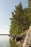 Felsiges Ufer des Sees Stockbild