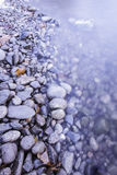Felsiges Ufer des Sees Lizenzfreies Stockbild