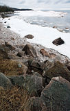Felsiges Ufer des winter Sees Lizenzfreies Stockbild