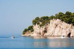 Felsiges Ufer. Kroatien Lizenzfreies Stockfoto