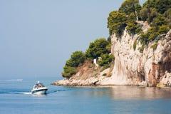 Felsiges Ufer. Kroatien Lizenzfreie Stockfotografie