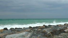 Felsiges Ufer mit den Wellen gerollt Langsame Bewegung stock video footage