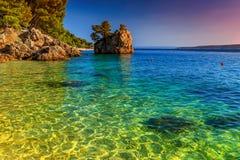 Felsiges Ufer mit haarscharfem Meerwasser, Brela, Dalmatien, Kroatien Lizenzfreies Stockbild