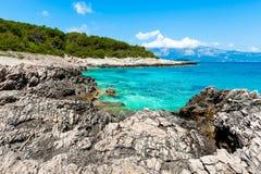 Felsiges Ufer mit TürkisMeerwasser Stockbilder