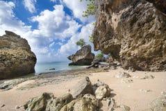 Felsiges Ufer an Padang-padangstrand, Bali Lizenzfreies Stockfoto