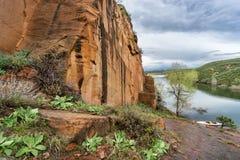 Felsiges Ufer und Kanu Lizenzfreies Stockfoto