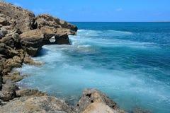 Felsiges Ufer und Meereswellen an einem heißen Sommertag lizenzfreie stockfotografie