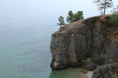 Felsiges Ufer vom Baikalsee Stockfotos