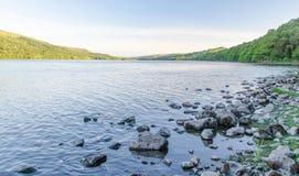 Felsiges Ufer von Coniston-Wasser im englischen See-Bezirk lizenzfreies stockfoto