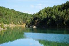 Felsiges Ufer von einem Gebirgssee Lizenzfreie Stockfotografie