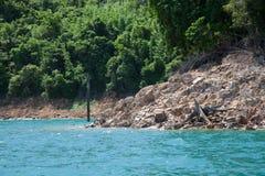 Felsiges Ufer von einem Gebirgssee Lizenzfreies Stockfoto