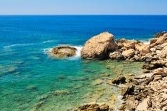 Felsiges Ufer von Meer Stockbilder